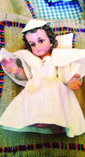 Réplicas del traje del Papa son la novedad para vestir al Niño Jesús