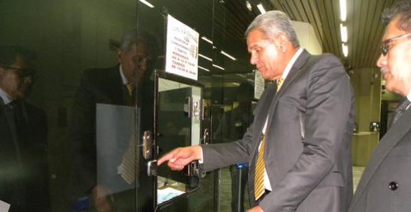 Rolando Villena se apersonó al Legislativo para entregar su propuesta. Le quedan pocos meses en el cargo.