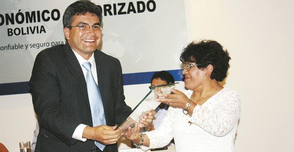 Pedro Riveros, ejecutivo de Inbolsa Ltda. de La Paz recibe el certificado OEA de manos de Ardaya