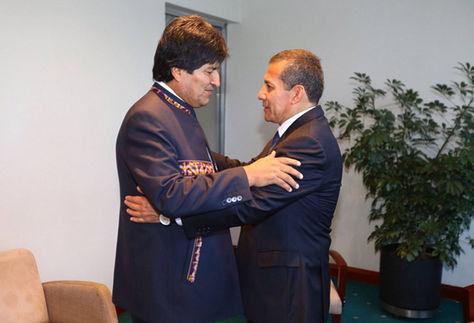 Morales (izq.) y Humala acuerdan avanzar en integración ferroviaria y carretera. Foto: Andina