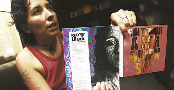 Wendy Molina visitó EL DEBER y mostró parte del material que usan para sensibilizar sobre el tema