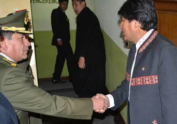 El comandante general de la Policía, Ramiro Téllez, saluda al presidente Evo Morales, ayer en La Paz. - Abi Agencia