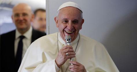 Papa Francisco sonríe durante visita a Corea del Sur en 2014. Foto: EFE