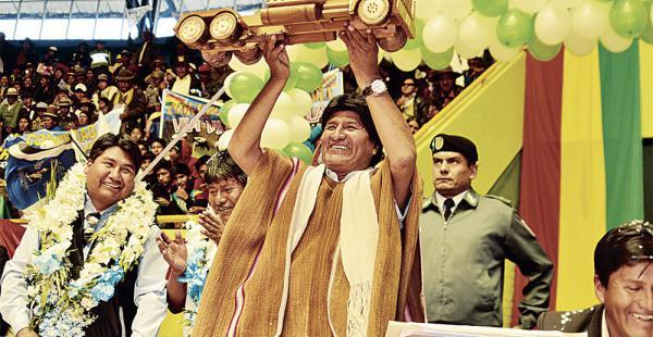 En la entrega  del coliseo en Oruro, el presidente Evo Morales exhibió el 'camioncito' del Sí junto a Vásquez