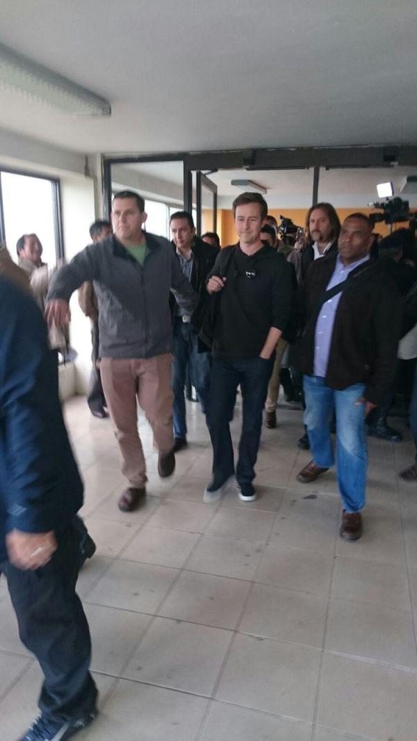 El actor Edward Norton a su arribo al aeropuerto internacional de El Alto, en Bolivia. Foto: CBN