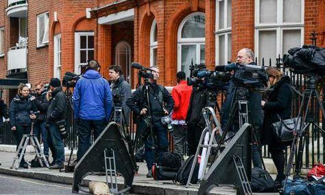 Hoy. Periodistas posicionados frente a la embajada ecuatoriana en Londres, donde el fundador de WikiLeaks, Julian Assange está encerrado. Foto: AFP