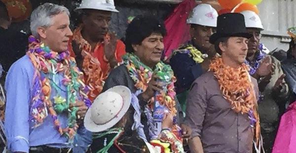 El vicepresidente, Álvaro García, el presidente, Evo Morales y el actor Edward Norton