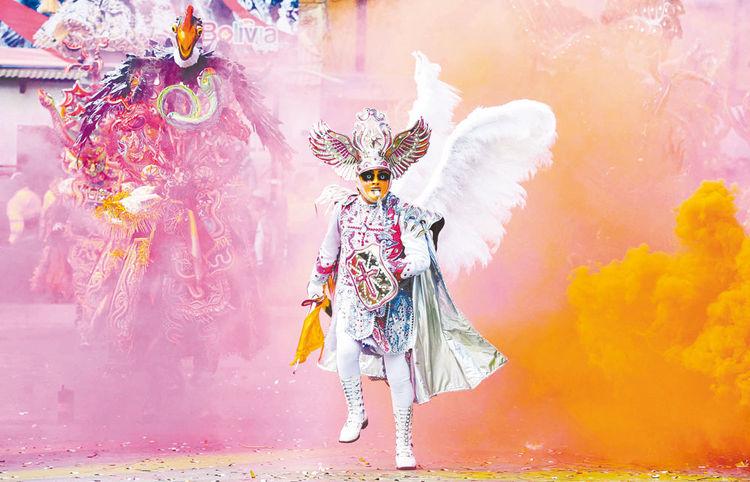 espectacular   La figura del ángel de la Fraternidad Artística y Cultural La Diablada guía a la tropa de diablos hacia el Santuario de la Virgen. Foto: Luis Salazar