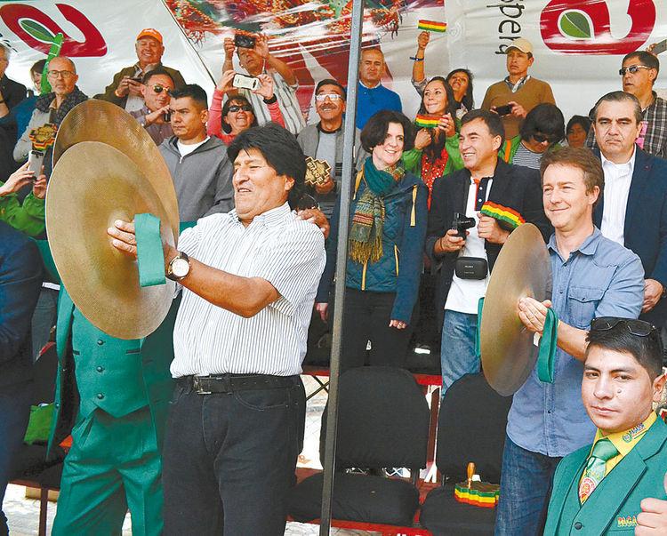 diversión. El presidente Evo Morales y el actor de cine Edward Norton tocaron platillos de la banda Pagador de Oruro. Foto: ABI
