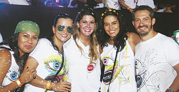 ENTRE EL PÚBLICO La reina del Carnaval cruceño de 2003, Cecilia Justiniano, se ubicó en el camarote de Sociales Vip. No se salvaron de la espuma.