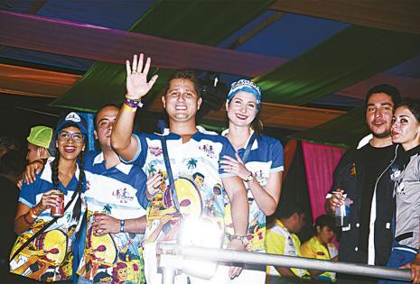 JUVENTUD CARNAVALERA DIJO PRESENTE CON SU ALEGRÍA Los que optaron por pasar el inicio de la fiesta en el espacio de Kabana y Oga brindaron doble. Por el corso y su fiesta vip.