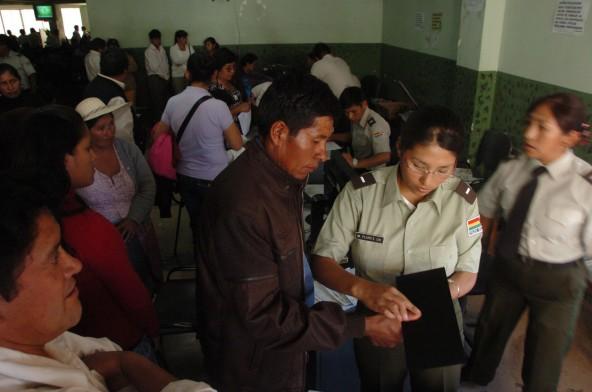 Una policía registra las huellas dactilares de un ciudadano cuando existía Identificaciones y estaba a cargo de la institución policial, en junio del 2011. - Daniel James Los Tiempos