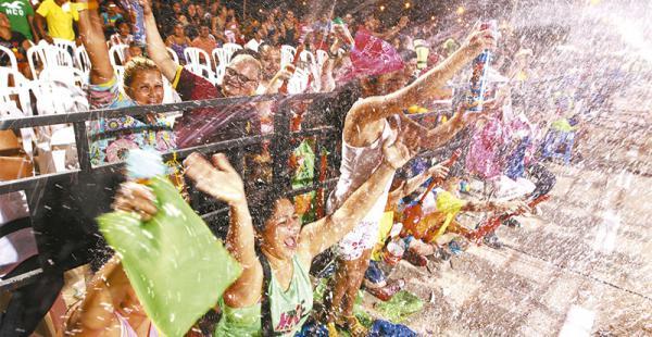 diversión en familia  grandes y chicos disfrutaron de la fiesta grande de los cruceños con espumas, chisguetes  y mucha agua