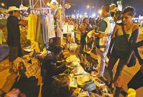 OBJETOS PARA CARNAVALEAR.    Vendedores tentaron a los carnavaleros con una gama de productos para divertirse y protegerse