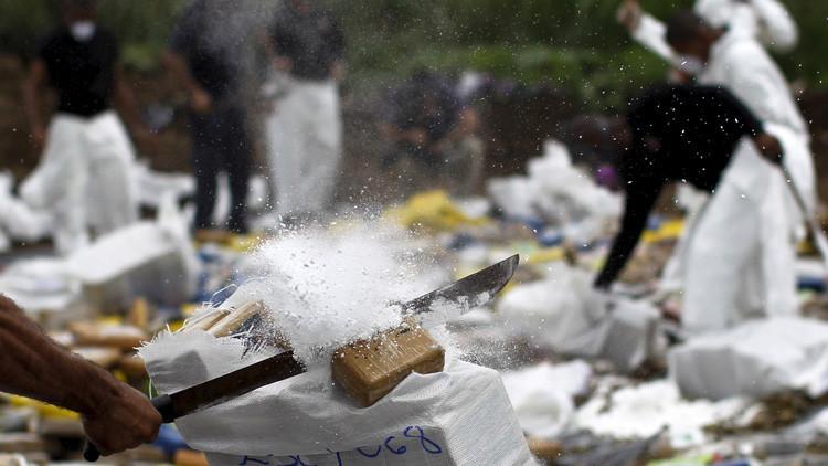Un agente de la Policía Nacional destruye paquetes de drogas en la Ciudad de Panamá, Panamá