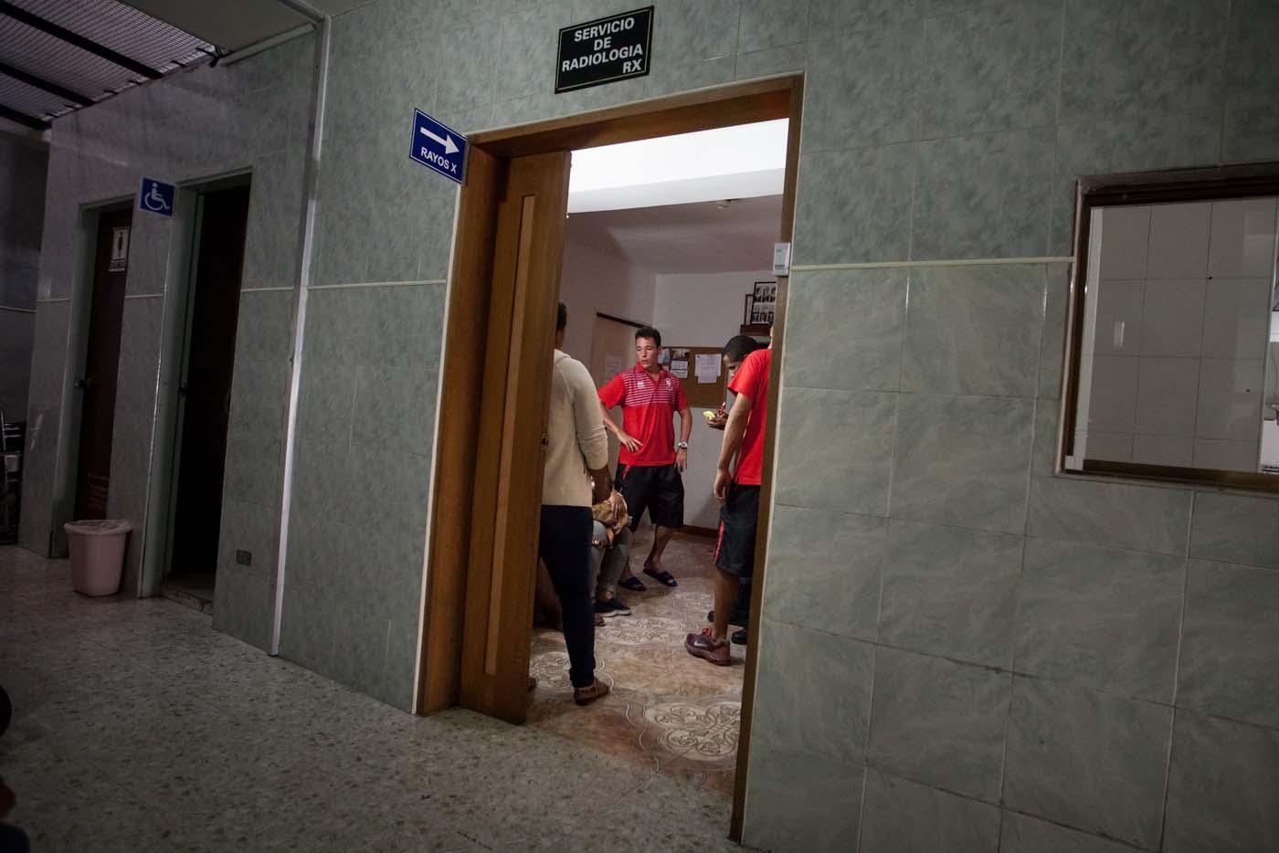 CAR01. LA GUAIRA (VENEZUELA), 10/02/2016.- Jugadores del equipo argentino de fútbol Huracán permanecen hoy, miércoles 10 de febrero de 2016, en la sala de radiología del Centro Médico Luis F. Marcano en La Guaira (Venezuela). El jugador Patricio Toranzo, sufrió la amputación de cuatro dedos de su pie izquierdo, tras el accidente que tuvo hoy el autobús que trasladaba al equipo al aeropuerto de Maiquetía de Venezuela, según informó a Efe el coordinador general del Caracas FC, Ricardo Padrón. EFE/MIGUEL GUTIÉRREZ