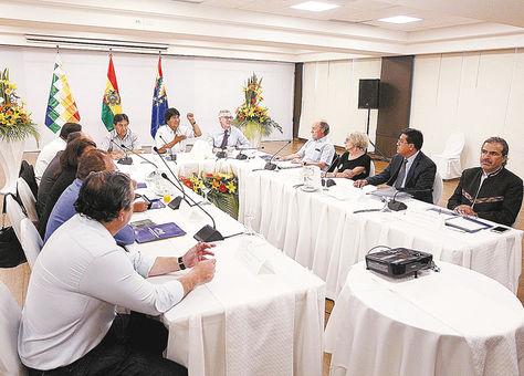 SantaCruz. El presidente EvoMorales junto al equipo jurídico y los abogados que representan a Bolivia en laCIJ.