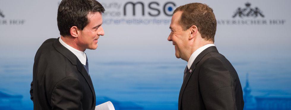 El primer ministro ruso, Dmitri Medvédev saluda a su homólogo francés, Manuel Valls, en la cumbre de seguridad de Múnich.