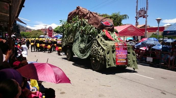 El Corso Militar alegra a centenares de de espectadores en Sucre. Foto: CORREO DEL SUR
