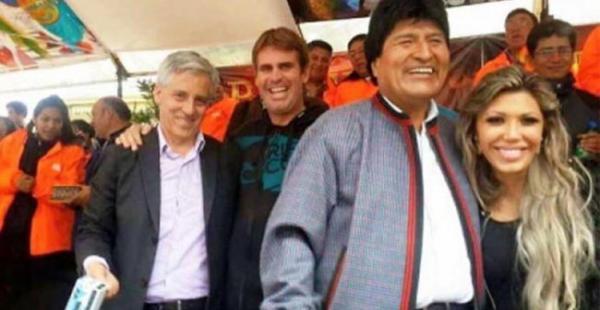 Esta imagen circula en las redes sociales en la que se ve al presidente Morales junto a su expareja Gabriela Zapata
