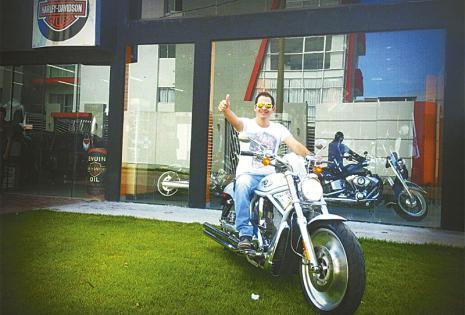 ¡Vaya gustito! Andar a bordo de una Harley Davidson es un placer que apenas está descubriendo. Ahora su círculo de amigos se amplió a un grupo de motoqueros mayores que él, de los que está aprendiendo mucho sobre varios aspectos de la vida.