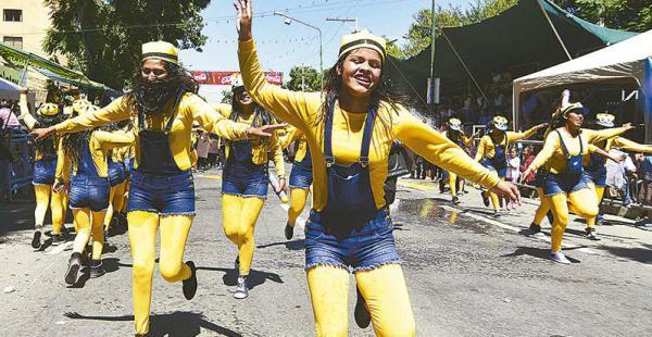 Los bailarines emocionaron a miles de personas que se congregaron en la capital valluna por el corso