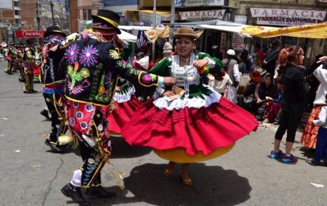 Despiden el carnaval paceño con el entierro del pepino en domingo de tentación