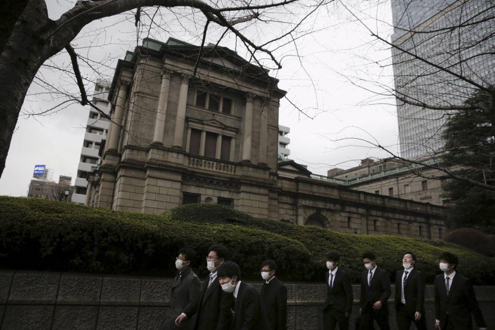 Varios hombres pasean alrededor de la sede del Banco de Japón, en Tokio.