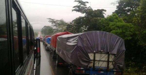 Son kilométricas las filas de vehículos que esperan llegar a su destino y están parados en la carretera