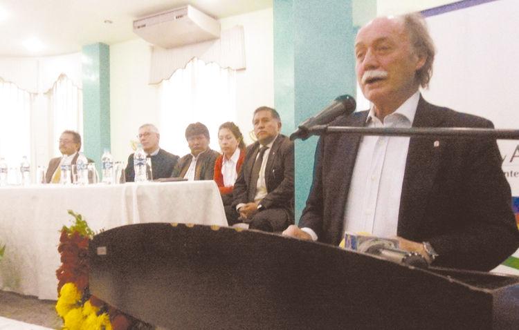 Demanda. El jurista externo Remiro Brotóns en una charla llevada  a cabo ayer en Oruro.