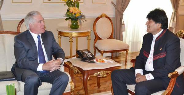 El encargado de negocios de la embajada de EEUU y el presidente Evo Morales se reunieron por más de una hora.