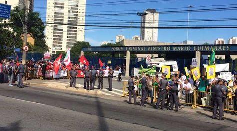 Simpatizantes de Lula frente a los disidentes del expresidente brasileño en puertas del Ministerio Público. Foto: @evelinargenta
