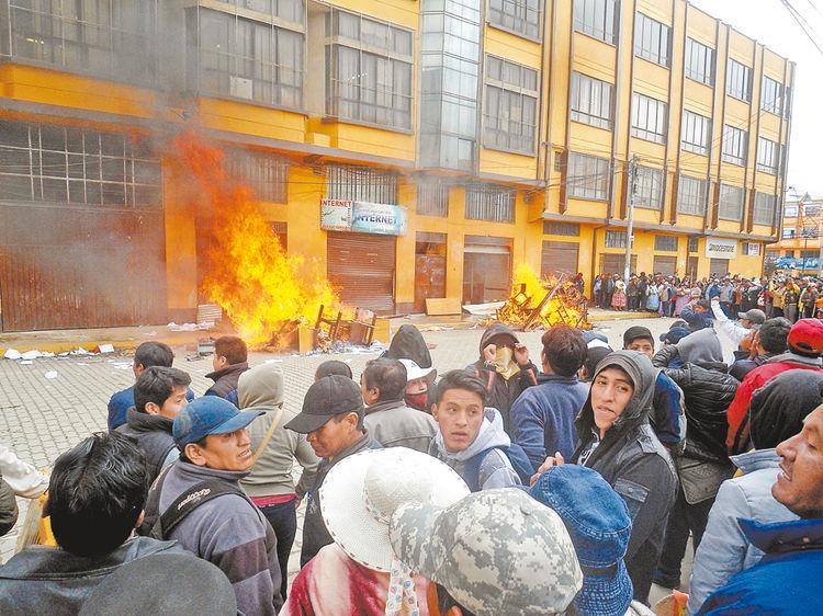 Fuego. Los manifestantes quemaron equipos, muebles y papeles