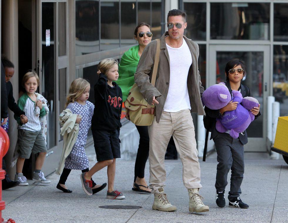 Brad Pitt y Angelina Jolie, con sus hijos en el aeropuerto de Los Ángeles en 2014.