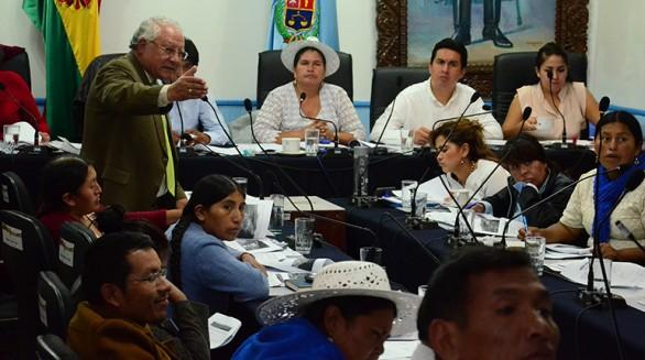 El presidente de la empresa Misicuni, Jorge Alvarado, (izq. de pie) presta informe ayer en la Asamblea Legislativa Departamental. - José Rocha Los Tiempos