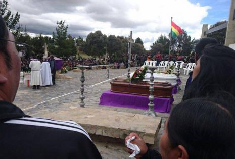 Miles de personas acudieron a la despedida de los funcionarios fallecidos.