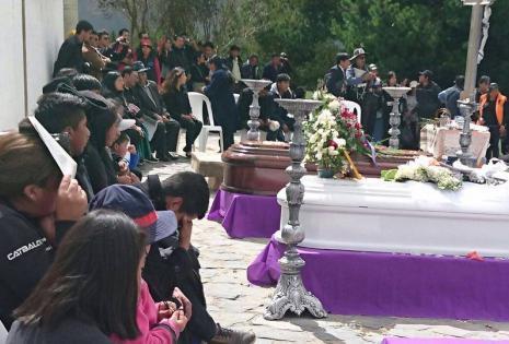 Los familiares se quebraron en lágrimas y exigieron justicia.