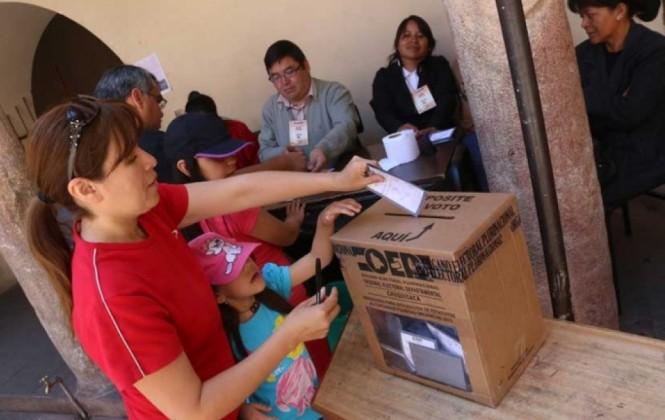 A pocas horas del referéndum, oficialistas y opositores dicen que respetarán los resultados