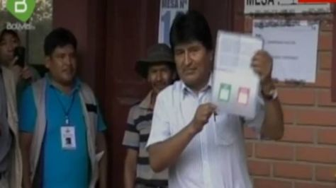 El presidente Evo Morales antes de emitir su voto en Villa 14 de Septiembre. Foto: Captura de Bolivia TV