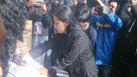 La alcaldesa Soledad Chapetón al momento de emitir su voto en la ciudad de El Alto. Foto: Miriam Chávez.