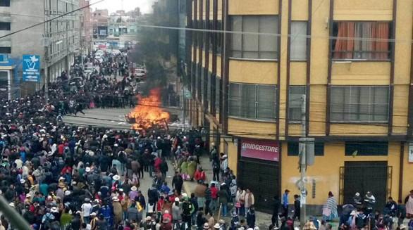 Los manifestantes, tras violentar puertas para forzar su ingreso, queman papeles y muebles en la calle. Las llamas avanzaron lentamente en las oficinas de la Alcaldía de El Alto, hasta inundar de humo varios ambientes.  -   Archivo La Prensa