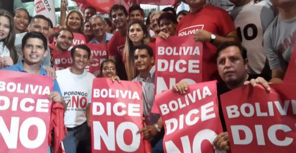 Tomaron las plazas principales de Santa Cruz y Sucre para celebrar el triunfo del No