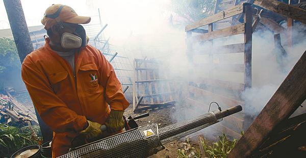Personal de la Gobernación y de la comuna eliminó criaderos de mosquitos y fumigó en el barrio Hermenca, de la Villa Primero de Mayo