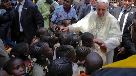El papa Francisco en un un campo de refugiados en Bangui, capital de la República Centroafricana. / AP