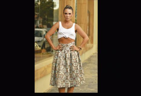 /sexy. confiesa que ahora se anima a usar tops, que están muy de moda, generalmente los combina con faldas