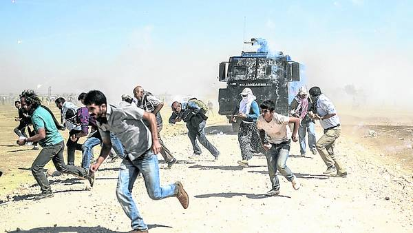 Refriega-Choques-policias-frontera-SiriaAP_CLAIMA20140923_0031_27