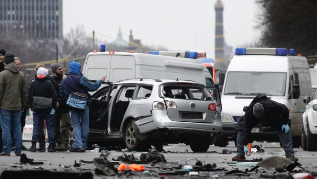 0947_explosion-de-auto-en-berlin_620x350