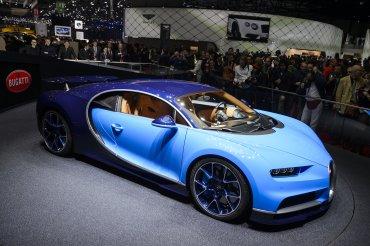 Bugatti Chiron con carrocería bicolor, agresiva sobre todo en la parte posterior, cuyos faros, prácticamente, van de lado a lado