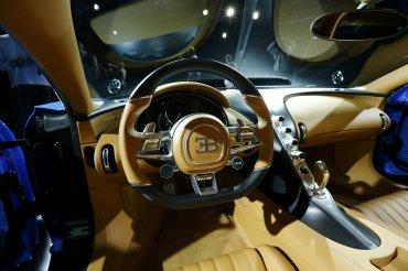 El interior del Bugatti Chiron fue creado combinando elementos de cuero, fibra de carbono y costuras cosidas a mano
