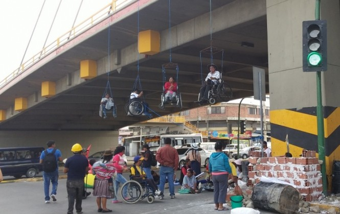 Personas con discapacidad vuelven a colgarse e inician tapiado en viaducto de Cochabamba